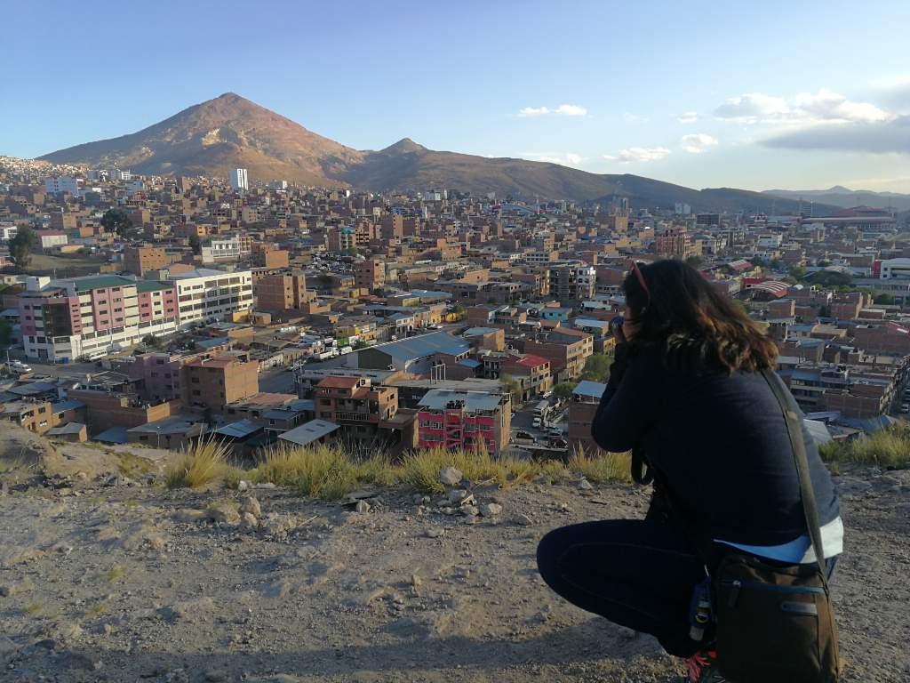 Rocío Lloret Céspedes en una cobertura en la ciudad colonial de Potosí.
